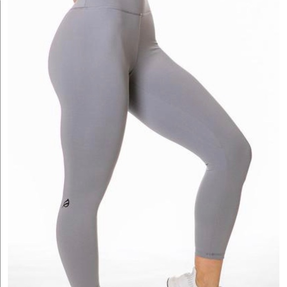 "a8874894442d6 Ptula Taylor 23"" leggings in Cloud Grey. M_5c736396035cf108a4902b3d"